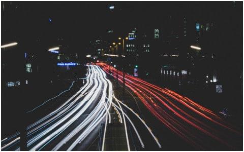 QoS - Rode en witte autolichtsporen op een stedelijke snelweg 's nachts in Röddingsmarkt